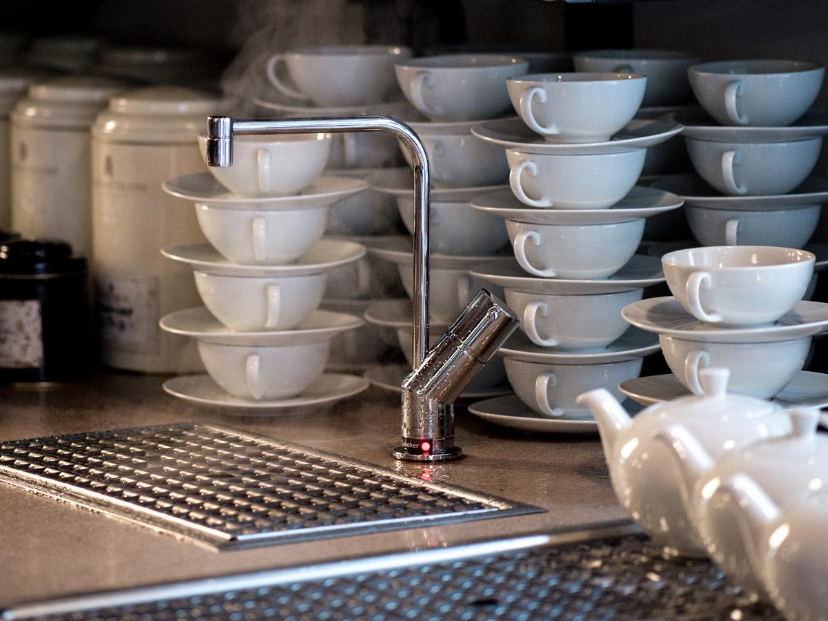 Teller und Tassen vorwärmen