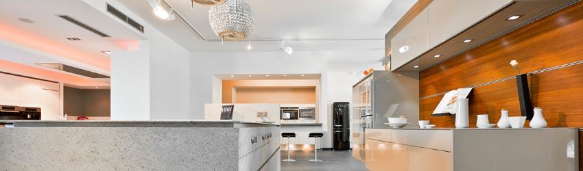 Musterküche Küchenzeile mit Kochinsel