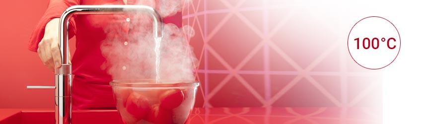 Quooker Kochendwasser Armatur Fusion Square Edelstahl mit Tomaten in einer Glasschüssel